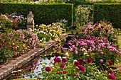 Rosengarten mit Wasserbecken, Hecken trennen Gartenräume
