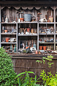 Shabby-Style, alter Schrank mit gesammelten Schätzen vom Flohmarkt