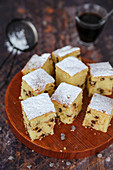 Cake squares with drops of dark chocolate to make in 5 minutes without butter