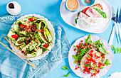 Zucchinisalat, offenes Sauerteigsandwich und Bruschetta-Hähnchen