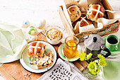 Hot Cross Buns mit Honig-Pekannuss-Butter