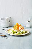 Verschiedene Gemüsenudeln angehäuft auf Teller (Low Carb)