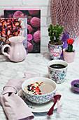 Breakfast Bowl mit Acaibeeren und Mandelblättchen
