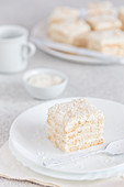 No-bake layer cake with grated coconut