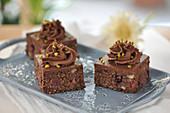 Veganer Oatmeal-Brownie mit Brombeeren, Walnüssen und Schoko-Dattel-Frosting