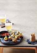 Fleischbällchenspiesse mit Käse und Essiggurke