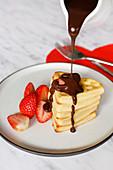 Valentinstag-Waffeln mit Erdbeeren und Schokoladensauce