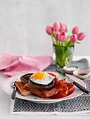 Frühstück mit Toast, Pilzen, Bacon, Tomaten und Spiegelei (England)