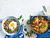 Indonesische Fleisch-Reis-Pfanne mit Spiegelei & Lammfleisch mit Nudeln aus dem Wok mit frittiertem Ingwer