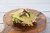 Belegtes Brot mit veganem Kräuterkäse und Gurke