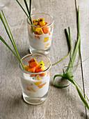 Geeiste Kokosmilch mit Zitronengras, Papaya, Mango und Limettenschale