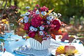 Herbststrauß mit Rosen und Astern