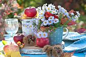 Kleines Herbst-Arrangement mit Äpfeln und Astern