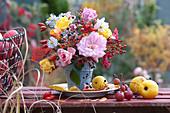 Herbststrauß aus Rosen, Hagebutten und Astern