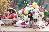 Herbst-Strauß mit Dahlien, Rosen, Löwenmäulchen und Schneebeeren