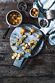 Kumquat-Punsch zubereiten (halbiert Kumquats und Kandiszucker