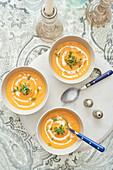 Karottencremesuppe mit Creme Fraiche und Kresse (Aufsicht)
