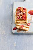 Frozen Eggnog mit Lebkuchenstreuseln und Erdbeeren