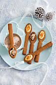 Lebkuchenlöffel mit Schokolade zum Eintauchen (weihnachtlich)