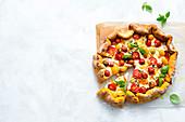 Krustenpizza mit Kürbis, geräuchertem Mozzarella und Basilikum