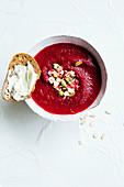 Rote-Bete-Suppe mit knusprigen Kernen und Brot