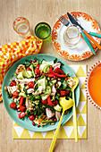 Fattoush mit Thunfisch, Bohnen, Tomaten, Paprika und Gurken (Libanon)