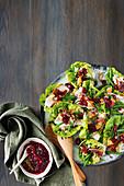 Salatplatte mit Pute, Cranberries und knuspriger Füllung