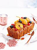 Weihnachtlicher Kastenkuchen mit kandierten Früchten