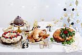 Weihnachtsmenü mit Truthhahn, Schinkenbraten, Pavlova und Christmas Pudding