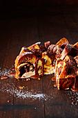 Brioche-Käsekuchen mit Schokoladensauce