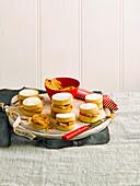 Kleine Mürbteig-Sandwiches mit Salzkaramell