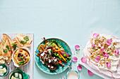 Marokkanische Dinner Party mit Kürbis-Hummus, Lammspiessen und Rosenwasser-Pavlova