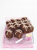 Schokoladen-Hot-Cross-Buns mit Butter