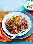 Masala-Schweinekoteletts auf Tomaten-Zwiebel-Gemüse