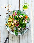 Gebratener weisser Spargel mit Wildkräutersalat