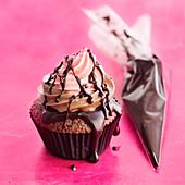 Cupcake mit zweifarbigem Frosting und Schokolade