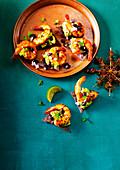 Scharfe Garnelen mit schwarzen Bohnen auf blauen Tortillachips