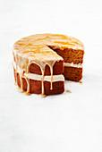 Kürbis-Gewürz-Torte mit Sahnecreme und Ingwer-Icing
