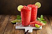 Wassermelonen-Slushie in Gläsern