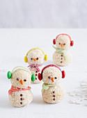 Lustige gebackene Schneemänner