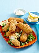 Erbsen-Schinken-Kroketten auf Salat mit Zitrone