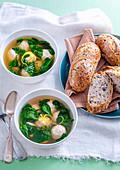 Klare Suppe mit Ricotta-Hähnchen-Bällchen