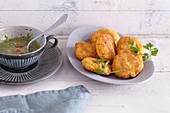Süßkartoffel-Kokos-Puffer mit Salsa