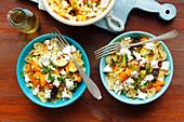 Farfalle mit Kürbis, Zucchini, Trockenpflaumen und Feta