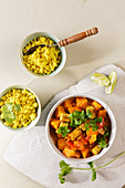 Veganes Kürbis-Tofu-Curry mit Blumenkohlreis (Low Carb)