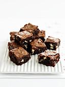 Brownies auf weißer Platte