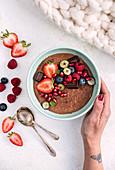 Schokoladen-Porridge mit Beeren
