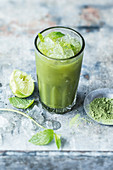 Cold-stirred matcha with apple juice and limes