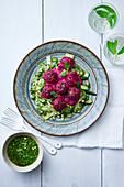 Rote-Bete-Bällchen auf Zucchini mit Pesto