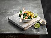 Garnelen mit Blattgemüse, Chili, Limette und Nudeln (Asien)